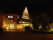 夜は三角屋根もライトアップされてます