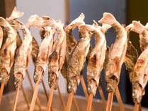 川魚の囲炉裏焼きが並ぶ夕食バイキング♪川魚の美味しさを味わってください。