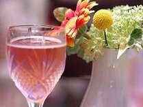 お部屋に黒観ラベルのロゼワインをご用意。ワインをお供に、ガールズトークに花を咲かせて♪(イメージ画像)