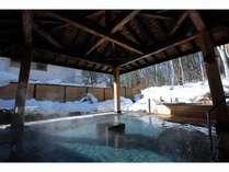 冬の優しい日差しを受けながら雪見露天がお楽しみいただけます