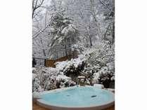 サウナの後は水風呂でクールダウン、雪に包まれた木々が美しいです