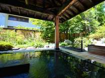 夏は植物の匂いに癒される露天風呂【石の湯】