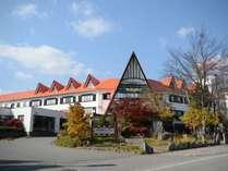 秋の晴れやかな空に映える赤い三角屋根です