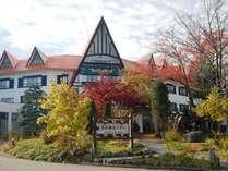秋の晴れやかな空に映える赤い三角屋根です。