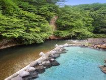 渓流を望む1F「天河の湯」露天風呂※偶数日・奇数日で男女ご利用いただける大浴場が異なります。