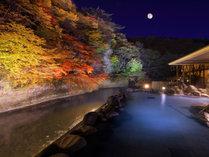 渓流を望む1階「天河の湯」露天風呂【秋】※偶数日・奇数日で男女ご利用いただける大浴場が異なります。