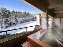渓流を望む3F「日高見の湯」露天風呂※偶数日・奇数日で男女ご利用いただける大浴場が異なります。