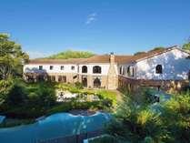 【外観】四季折々で表情を変える自然豊かなホテル「森の泉」