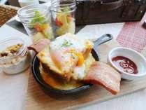 朝食:焼きたてのポーチドエッグトースト♪一度食べたらやみつきです♪