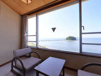 *和室(客室一例)/窓辺の椅子に腰かけて、三河湾の絶景をご堪能下さい。
