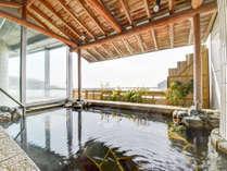*【温泉露天風呂】お湯に浸かると、三河湾と竹島の絶景が広がる贅沢なひと時をお過ごしください