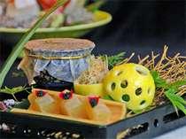 会席料理の華八寸、料理自慢の宿ならではの細工が光ります。