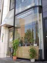 京都駅から徒歩7分。竹田街道九条通りの交差点「大石橋」の東南にあります。