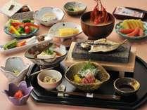 炊き立てのご飯、熱々石焼きの鯵の干物、自家農園野菜を使用のサラダ、素朴ながら味わい深い朝食の一例