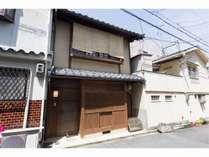 杉板で厳かに覆われた京町家は、皆様のプライベートな時間への入り口です。