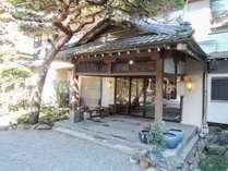 *外観/昭和六年創業、神流川のほとりに佇む大正ロマン漂う旅館です。