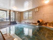 *【滝の湯/男湯】24時間入浴可能。窓から差し込む光とともに気の休まるひと時をお過ごし下さい。