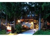 ケリエ山荘の夜。ライトアップされます。