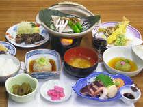 *【お夕食一例】きのこや山菜、地元南アルプスの石灰水で育った美味しいお米を使用した郷土料理。