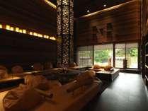 ラウンジ[アペソ]/大きなライトと暖炉のある吹き抜けラウンジは、ぬくもりを感じさせる開放的な空間。