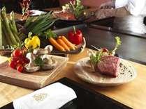 ご夕食/特別会席「鉄板焼会席」。ニセコ周辺や日本海産の新鮮な魚介・肉・野菜を目の前で調理(イメージ)