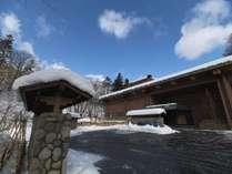 外観/杢のあたたかさを感じる温泉旅館です。冬は綺麗な雪景色が広がります。