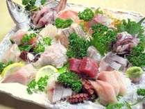 *[夕食一例]伊豆ならではの新鮮なお刺身の盛り合わせ♪(※内容は人数により異なります)