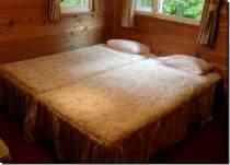 シングル二つでダブルベッド気分♪決して広くはありませんが、木の香漂うウッディな室内です。