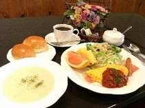 朝食は栄養のバランスを考えたアメリカンブレックファースト。パンのお替りももちろんあります。