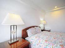 【ダブルルーム一例】セミダブルベッドでゆっくりお休みいただけます。