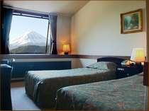 北欧製の大きな窓から、富士山が見えます。
