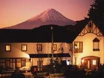 夕暮れの富士と当館