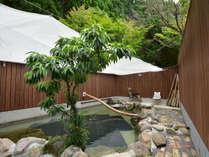 露天風呂です。自然の恵、由布院温泉。トロッとした泉質で、湯上り後もぽかぽか暖かさが続くと評判です。