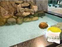 一枚岩を配した大浴場。pH9.9の鈍川温泉はトロンとした肌触りです。