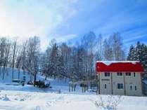 塩狩ヒュッテは赤い屋根が目印。JR宗谷本線沿いに建っています。