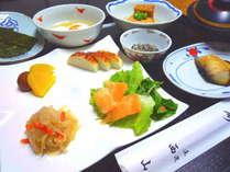 お魚やお味噌汁、特製の出汁をかけた温度卵など、和の旅館ならではの和食膳です。