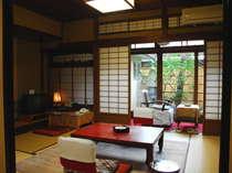 歴史と木の温もりを感じる客室は、まるで古き良き昭和の初めにタイムスリップしたかのよう(一例)