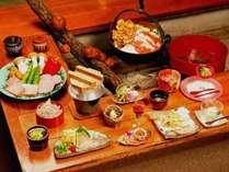 *色彩豊かたな囲炉裏でのお夕食は、香ばしい香りが食欲をそそります。