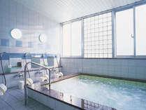 1日の疲れを癒してくれる男性大浴場/例