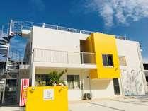 瀬底島の静かな高台にある黄色と白の宿です♪