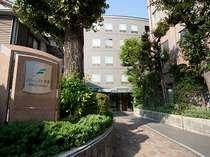◇フォーレスト本郷◇ 少々マンションのような佇まいですが、こちらが入口です。
