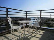 長津呂湾を眼下に 天気のいい日は房総、大島、伊豆天城、も見えます。