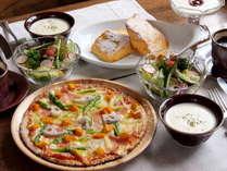 石窯で焼き上げる旬野菜の薄焼きピッツァと、ふわっふわのフレンチトーストで幸せな朝食を♪