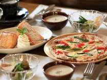 石窯焼きのクリスピーピッツァとふわっふわのフレンチトーストの朝食を♪