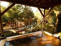 内湯を見下ろす源泉掛け流しの檜露天風呂