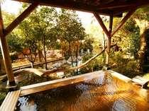 【大浴場:檜露天風呂】源泉掛け流しの檜露天風呂。自然を感じながら里山自慢の温泉も満喫
