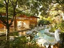 【大浴場:岩露天風呂】自然に囲まれた開放感のある大浴場。高アルカリ性で通称「美肌の湯」と呼ばれる源泉