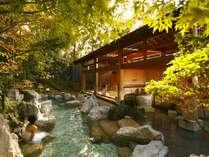 【大浴場:岩露天風呂】豊かな自然に囲まれた開放感溢れる露天風呂