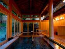 【大浴場:内湯】ヒバの香りが心地良い開放感のある内湯