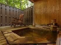 【無料貸切風呂 弐の湯】壁面にあしらった竹で和心を表現した貸切風呂。